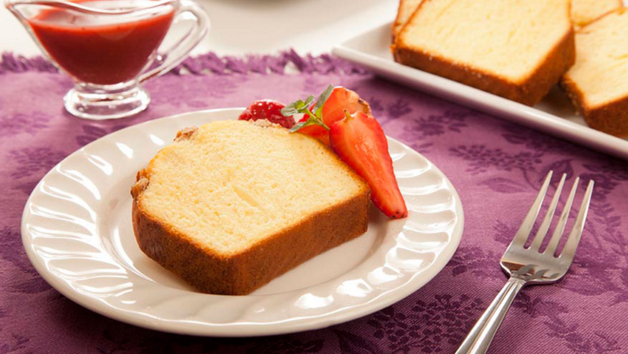 Bimbo® pecan pound cake with apple sauce and strawberries